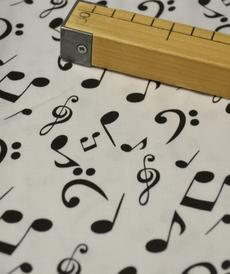 Tissu coton satiné imprimé notes de musique (1.35€/10cm)