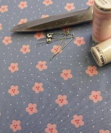 Tissu popeline de coton fleuri bleu rose (0.9€/10cm)