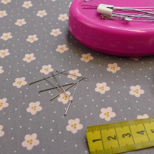 Tissu popeline de coton fleuri gris rose