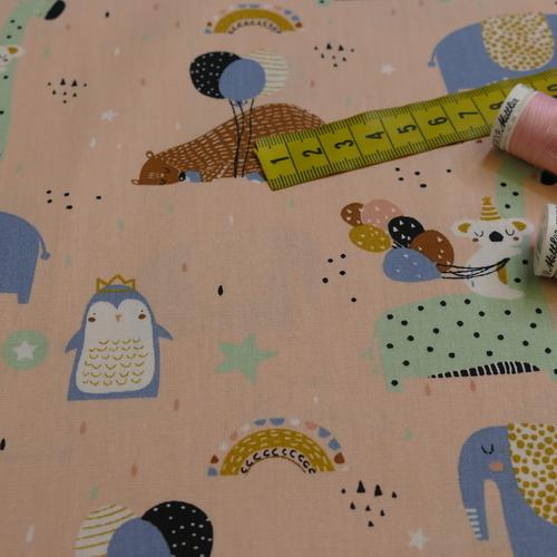 Tissu popeline de coton fond rose saumon imprimé animaux (0.9€/10cm)