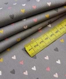 Tissu popeline de coton petits coeurs multi-couleurs fond gris souris (0.9€/10cm)