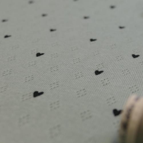 Jersey tricot de coton ajouré menthe à coeurs noirs (1.45€/10cm)