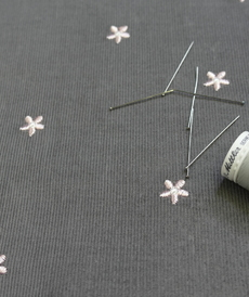 Tissu coton fines côtes gris souris brodé rose (1.99€/10cm)