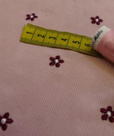Tissu coton fines côtes rose tendre brodé bordeaux (1.99€/10cm)