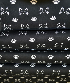 Tissu coton imprimé petits chats sur fond noir Stenzo (0.9€/10cm)