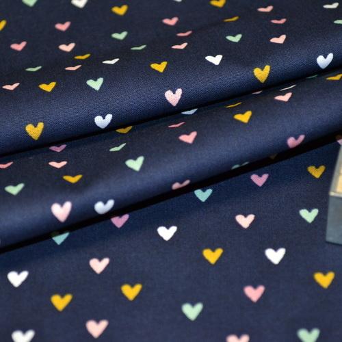 Tissu popeline de coton petits coeurs multi-couleurs fond marine (0.9€/10cm)