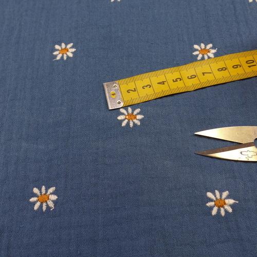 Double gaze de coton bleu brodé pâquerettes GOTS (1.25€/10cm)