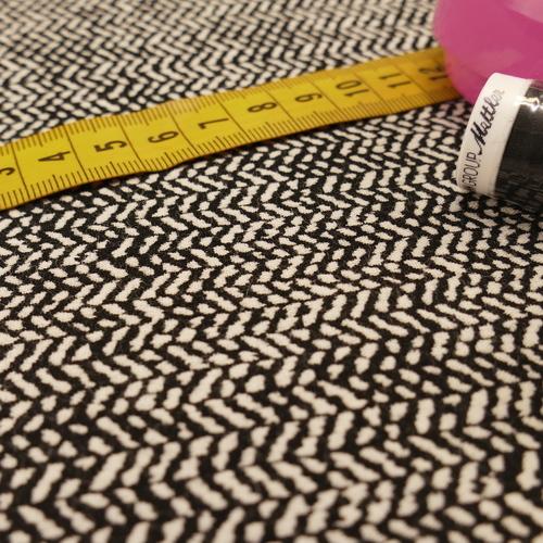 Tissu extensible à chevrons noir/écru ( 10cm/3€)