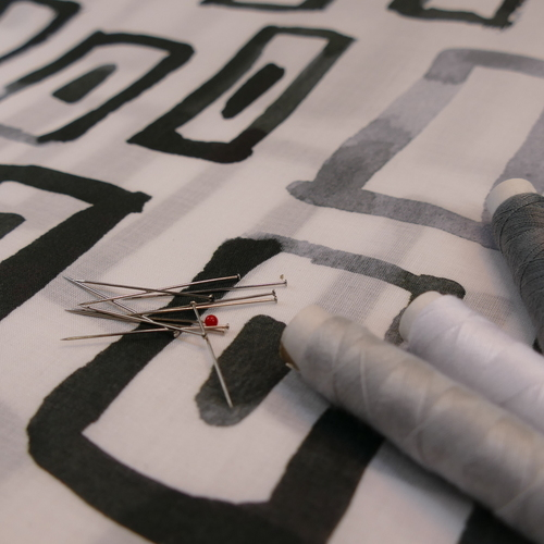 """Voile de coton blanc imprimé noir et gris """"A la ville"""" by Bittoun"""