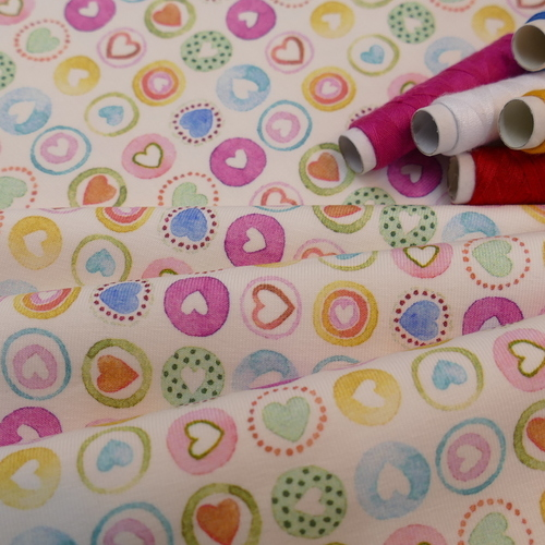 Tissu coton imprimé de coeurs multicouleurs Hilco (1.8€/10cm)