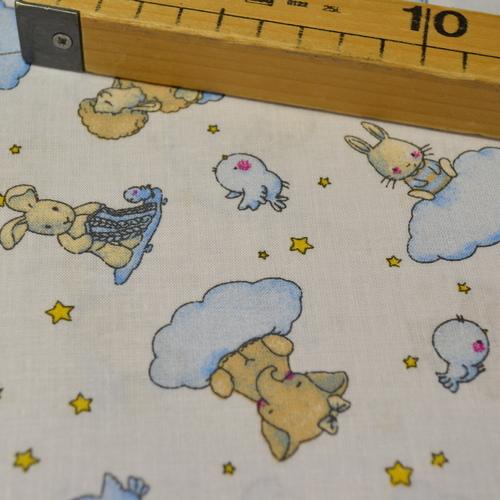 Tissu coton imprimé petits animaux sur nuages (0.9€/10cm)